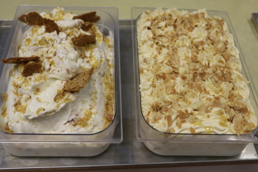 Dekoration für Bienenstich-Eis aus Mandeln und Honig