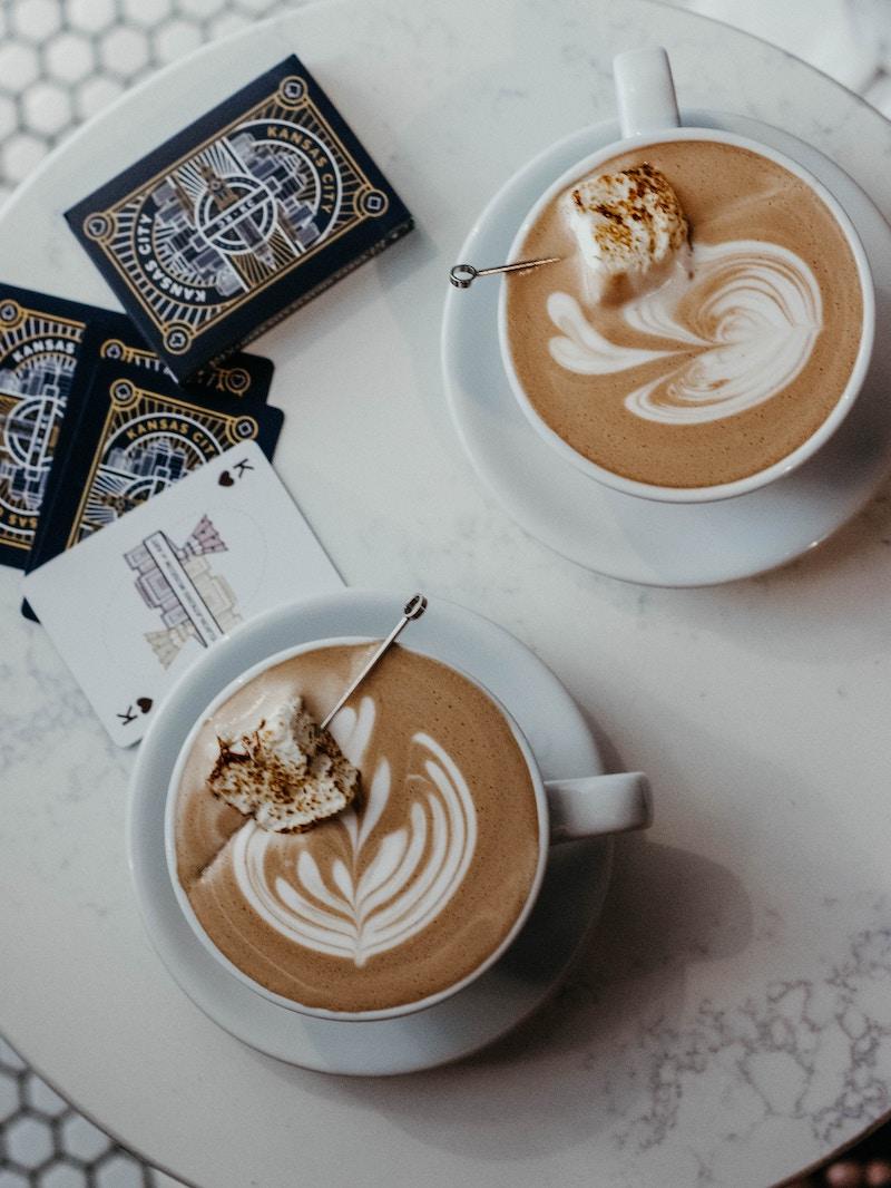 Kaffee mit Marshmallow-Pep