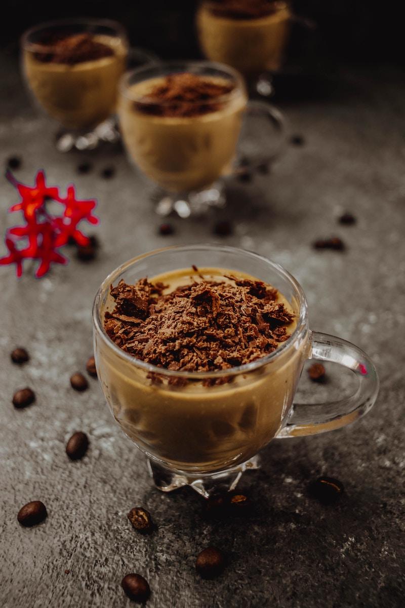 Kaffee mit Schokoraspeln