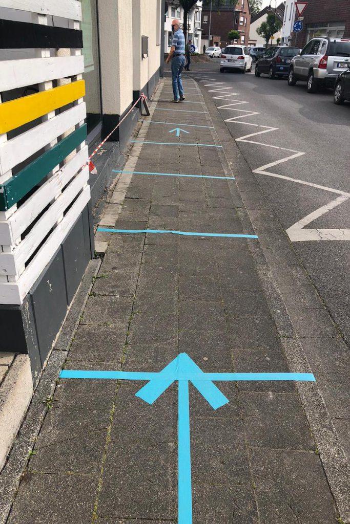 Blaue Markierungen regeln den Verkehr